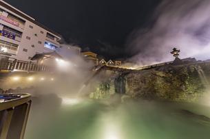 幻想的なライトアップと湯煙に包まれる草津温泉湯滝の写真素材 [FYI04667356]