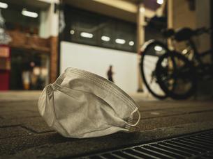 【社会問題】街中にマスクが捨てられている様子 コロナウイルスの写真素材 [FYI04667395]