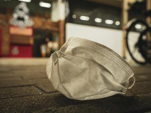 【社会問題】街中にマスクが捨てられている様子 コロナウイルスの写真素材 [FYI04667397]