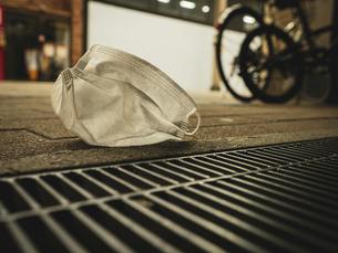 【社会問題】街中にマスクが捨てられている様子 コロナウイルスの写真素材 [FYI04667399]