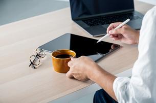 Man using stylus pen for digital tablet.の写真素材 [FYI04667436]