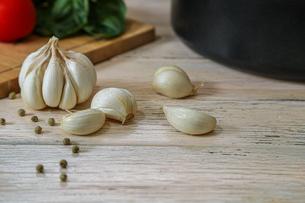 ニンニクと野菜の写真素材 [FYI04667441]