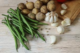 ニンニクと野菜の写真素材 [FYI04667442]