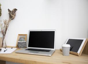 ノートパソコンと自宅のワークスペーステーブル周りの写真素材 [FYI04667451]