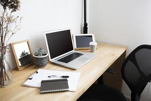 ノートパソコンと自宅のワークスペーステーブル周りの写真素材 [FYI04667452]