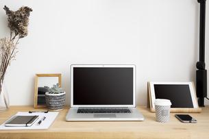 ノートパソコンと自宅のワークスペーステーブル周りの写真素材 [FYI04667463]