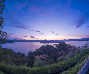 北海道 自然 風景 湖より登る朝日の写真素材 [FYI04667493]