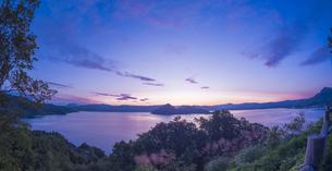 北海道 自然 風景 湖より登る朝日の写真素材 [FYI04667495]