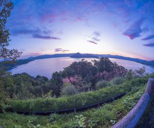 北海道 自然 風景 湖より登る朝日の写真素材 [FYI04667501]