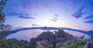北海道 自然 風景 湖より登る朝日の写真素材 [FYI04667506]