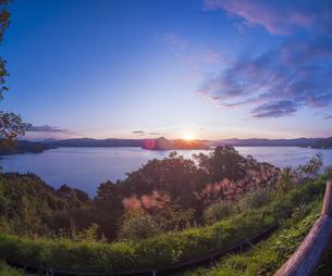 北海道 自然 風景 湖より登る朝日の写真素材 [FYI04667511]