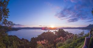 北海道 自然 風景 湖より登る朝日の写真素材 [FYI04667515]