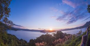 北海道 自然 風景 湖より登る朝日の写真素材 [FYI04667517]