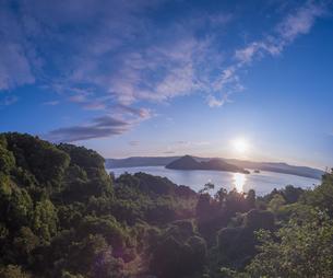 北海道 自然 風景 湖より登る朝日の写真素材 [FYI04667518]