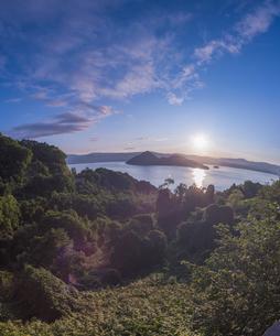 北海道 自然 風景 湖より登る朝日の写真素材 [FYI04667519]