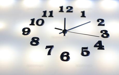 複数の光の中の時計の写真素材 [FYI04667521]
