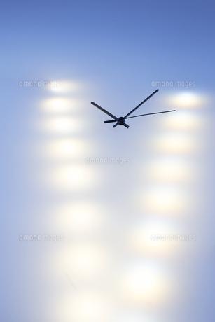 複数の光の中の時計の針の写真素材 [FYI04667526]