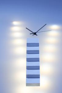 複数の光の中の時計の針とミニチュアの階段の写真素材 [FYI04667527]