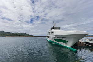 着岸した渦潮観光船の写真素材 [FYI04667645]