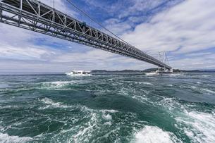 観光船から見る大鳴門橋と渦潮の写真素材 [FYI04667655]
