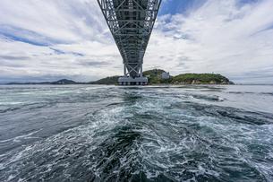 観光船から見る大鳴門橋と渦潮の写真素材 [FYI04667658]