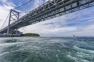 観光船から見る大鳴門橋と渦潮の写真素材 [FYI04667659]