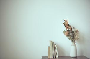 棚に飾られたドライフラワーの写真素材 [FYI04667672]