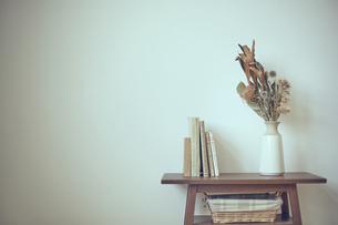 棚に飾られたドライフラワーの写真素材 [FYI04667674]