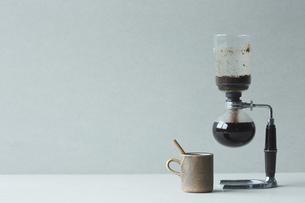 サイフォンとコーヒーカップの写真素材 [FYI04667800]