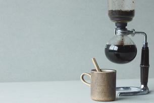 サイフォンとコーヒーカップの写真素材 [FYI04667801]