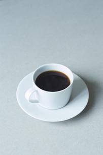 コーヒーが入ったカップアンドソーサーの写真素材 [FYI04667802]