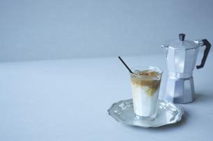 ダルゴナコーヒーとエスプレッソマシーンの写真素材 [FYI04667805]