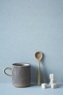 コーヒーカップと木のスプーンと積み重なった角砂糖の写真素材 [FYI04667808]