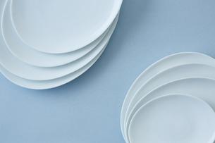 重ねた白い皿と水色の背景の写真素材 [FYI04667810]