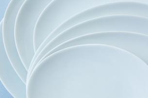 重ねた白い皿の写真素材 [FYI04667813]