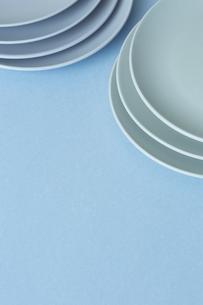 重ねた白い皿と水色の背景の写真素材 [FYI04667825]