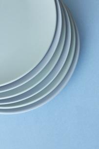 重ねた白い皿と水色の背景の写真素材 [FYI04667826]
