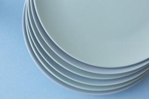 重ねた白い皿と水色の背景の写真素材 [FYI04667827]