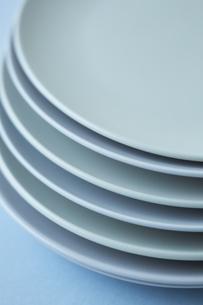 重ねた白い皿と水色の背景の写真素材 [FYI04667828]