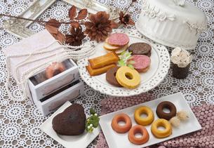 洋菓子とネックレスの写真素材 [FYI04668078]