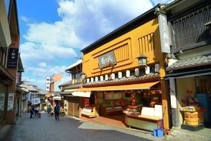 京都 清水坂の土産物店の写真素材 [FYI04668159]