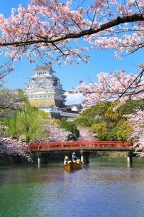 桜咲く姫路城と和船の写真素材 [FYI04668255]