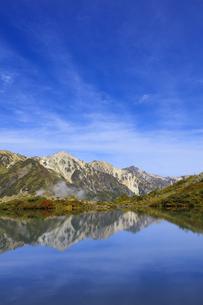 秋の八方池と白馬三山の写真素材 [FYI04668288]