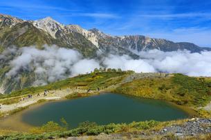 秋の八方池と白馬三山と雲海の写真素材 [FYI04668290]