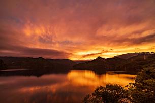 田子倉湖の夕焼けの写真素材 [FYI04668332]