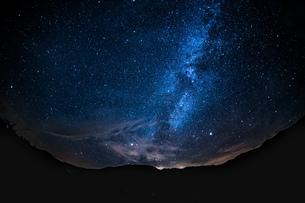 乗鞍高原一之瀬遊園の天の川 星景の写真素材 [FYI04668333]