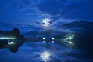 奥多摩湖 中秋の名月の写真素材 [FYI04668335]