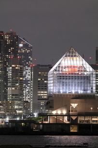 晴海客船ターミナルと高層ビルの夜景の写真素材 [FYI04668373]