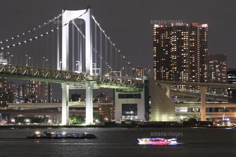 レインボーブリッジと芝浦のタワーマンションの夜景の写真素材 [FYI04668375]