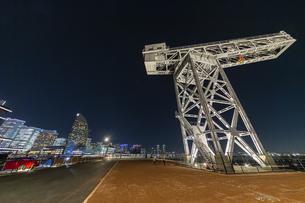新港ふ頭に立つ産業遺産「ハンマーヘッドクレーン」の写真素材 [FYI04668379]